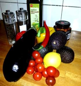 Gefüllte Auberginenröllchen auf Tomaten