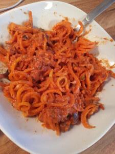tomatensosse-karottennudeln-vegan